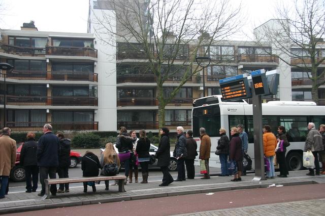656602 - Straatbeeld Schouwburgring Tilburg in 2010. Mensen wachtend op de bus.