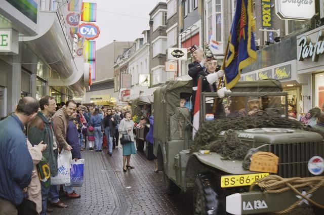 TLB023000796_003 - Militaire voertuigen uit de Tweede Wereldoorlog met veteranen rijden door de Heuvelstraat.