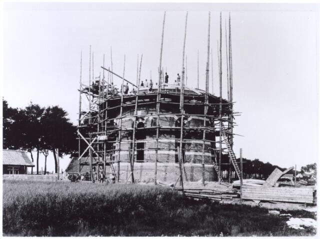 016094 - Bouw van de watertoren aan de Bredaseweg. De watertoren is in 1896/97 gebouwd voor de N.V. Tilburgsche Waterleiding Maatschappij (TWM) naar een neorenaissance ontwerp van H.P.N. Halbertsma (1853-1929).