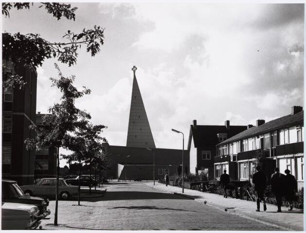 029151 - Schreierstorenstraat met op de achtergrond de Sint Maartenskerk aan de Prof. Verbernelaan (gebouwd 1963-gesloopt in 1983)