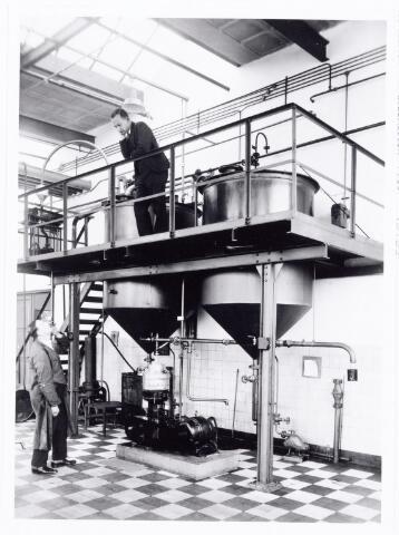 038541 - Volt.Zuid. Productie. Fabricage.De chemische afdeling ( fabriek ) in 1933. Op het bordes Dhr. de Mol. Foto uit gedenkboek afscheid van Dhr. Anninga directeur. Voltstraat was toen Nieuwe Goirleseweg genaamd.