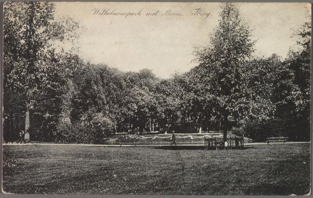 010195 - Wilhelminapark met rechts de Wilhelminaboom.
