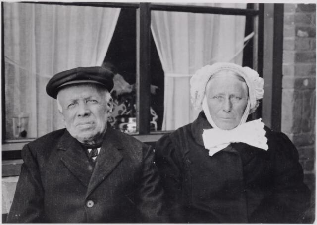 046050 - Het echtpaar Mallens-Luijten. Wever Adriaan Mallens werd geboren te Hilvarenbeek op 24 april 1849 en overleed te Goirle op 19 mei 1931. Hij trouwde aldaar op 6 bovember 1880 fabriekswerkster Marie Luijten, dochter van Huijbert Luijten en Gerardina van Beurden. Zij werd geboren te Goirle op 22 augustus 1857 en overleed aldaar op 4 maart 1937.