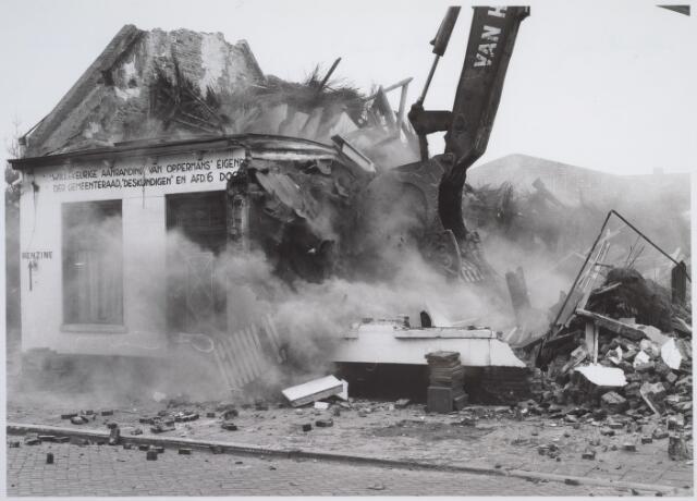 026173 - Op 11 juni 1982, precies om 15.00 uur, begon de firma Van Hees met de sloop van garage Oppermans aan het Lijnsheike, waarmee een einde kwam aan een langdurig conflict tussen eigenaar en gemeente