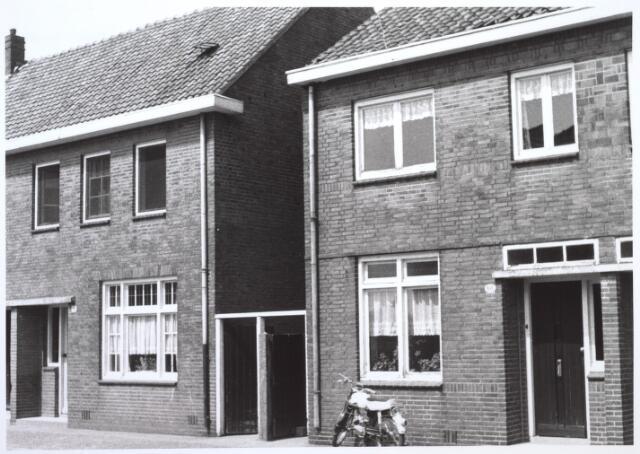 026690 - Panden Stokhasseltkerkstraat 8 (links) en 10 (rechts) eind juni 1964. Deze panden werden gesloopt in het kader van het uitbreidingsplan Tilburg-Noord. Tegenwoordig is dit de Mozartlaan