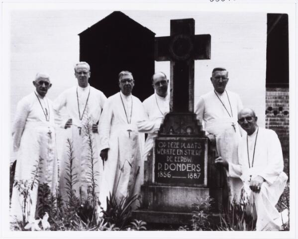 006840 - Het graf van Peerke Donders in Paramaribo.