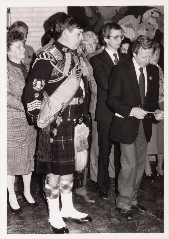 043257 - Ontvangst op gemeentehuis op 27 oktober 1984 b.g.v. 'Tilburg 40 jaar bevrijd. Foto: theo Dekker voorzitter Oranje comité treed op als ceremoniemeester.