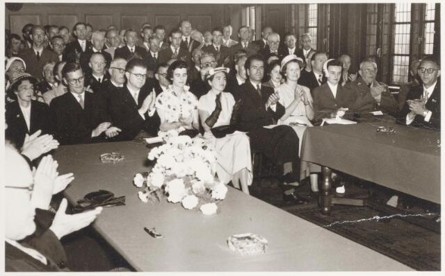 047335 - Zittend op de eerste rij de familie Elsen bij de installatie van burgemeester G.L. Elsen in het gemeentehuis aan de Kerkstraat.