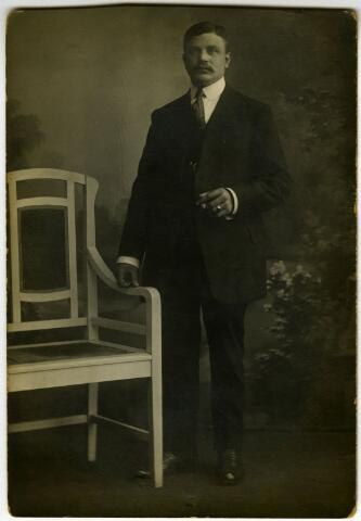 604118 - Cornelius Adrianus van Dongen, geboren te Tilburg op 25 oktober 1880 als zoon van Johannes J.J. van Dongen en Cornelia F.M. van der Gouw. Hij huwde op 3 februari 1904 te Tilburg met Cornelia Maria van den Brandt. Cornelius was schrobbelaar van beroep en overleed te Tilburg op 25 april 1967.