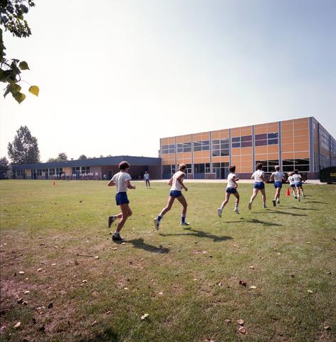 D-000321-2 - Gymles buiten op een veld voor een [middelbare] school (bouwbedrijf Pelikaan)