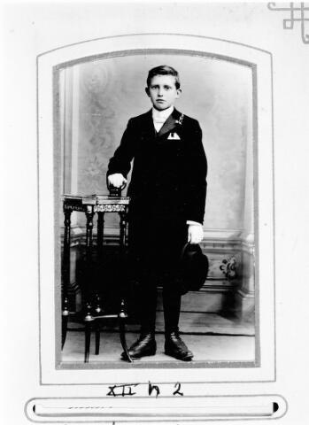 048472 - Jan Gerard Joseph van Riel, geboren te Tilburg op 25 september 1892 overleed aldaar op 3 augustus 1968. Hij was een zoon van Petrus Johannes van Riel en Adriana Elisabeth Mulders. Hij trouwde met Anna Helena Lucia Huijbregts. Jan van Riel was aannemer en woonde aan de Bosscheweg.