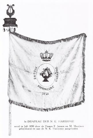 052629 - 1e drapeau der Nieuwe Koninklijke Harmonie werd in juli 1850 door de Dames F. Jansen en M. Maaijwee geborduurd en aan het bestuur van de N.K. Harmonie aangeboden.