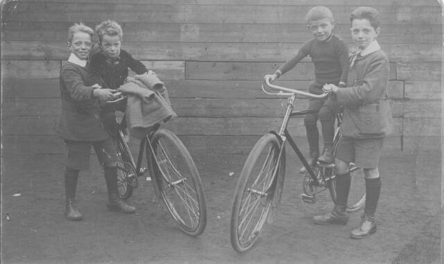 064249 - Vier zonen van Janus Remmers en Jet van Puijenbroek. Janus was herbergier in de Looiersbeurs aan de Heuvel. Van links naar rechts Bernard (1910), Frans (1915), Toon (1912) en Jan (1908) Remmers.