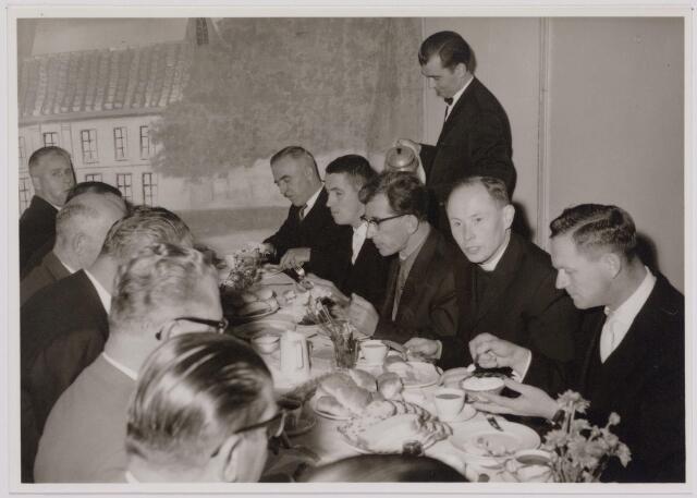 041112 - Vakbeweging. Op 31 augustus 1963 vierde de R.K. Bond Werkmeesters afd. Tilburg het 50-jarig bestaan. 1e een Solemnele H. Mis in de parochiekerk st. Jozef. 2e een feestelijk ontbijt in het parochiehuis aan de Veemarktstraat. 3e herdenkingsbijeenkomst in het Chicago-Theater. 4e Officiële receptie in de zalen van café-restaurant Th. van Broekhoven (Smidspad 42) 5e Feestavonden op 7 t/m 9 september 1963 met uitvoering Operette 'Rumoer in Weinbach'. foto vlnr: W. de Kok, A. Pollet, A. Staps, past. J. Oomens, A. Vliet.