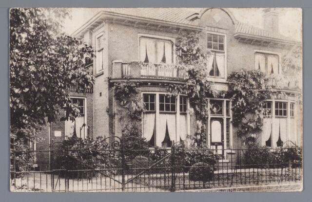 057925 - Gilze, Nieuwstraat (nr. 20 in 1972) voorheen Nieuwstraat A303. (Sunny Home). Dit pand werd gebouwd in opdracht van drs. P.M. Blom in 1909, naar een ontwerp van de architect M.J.S Lippets, later bewoond door dr. W.R.P. Hoeks.