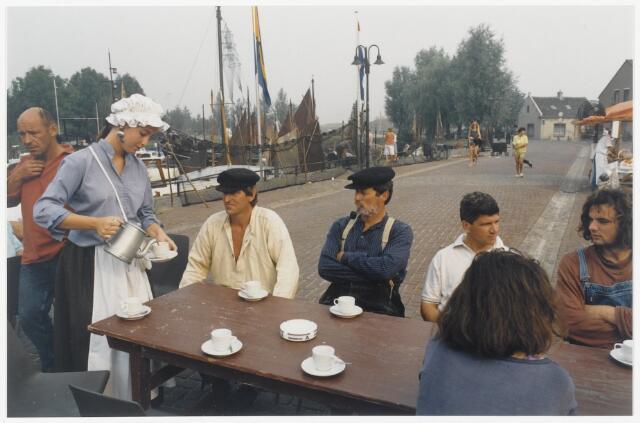 91330 - Terheijden, Zomerfestival 1990. Op zaterdag 25 augustus 1990, de tweede dag van het festival,  werden de middeleeuws festiviteiten al vroeg in gang gezet.