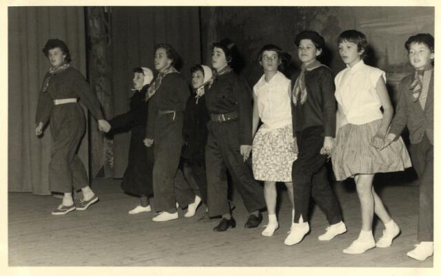 """603283 - Boerenbond Oisterwijk, jaren '50/60 Groepsfoto van 9 jongelui. """"De Kunstkring"""" De boerendans."""