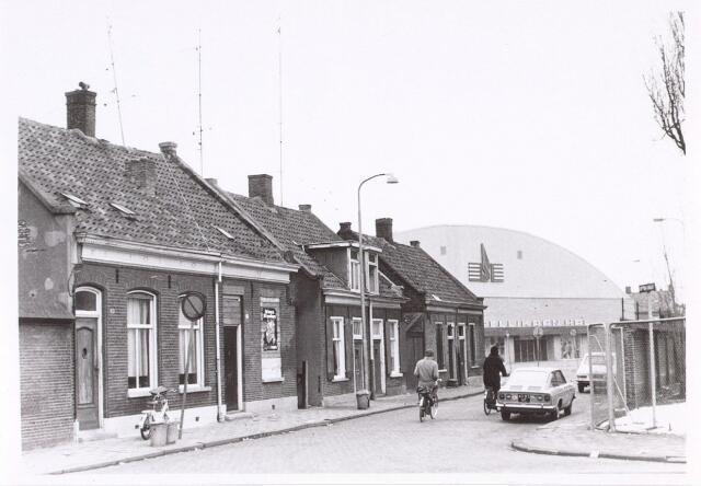 016758 - Buitenstraat. Op de achtergrond de inmiddels gesloopte Pellikaanhal