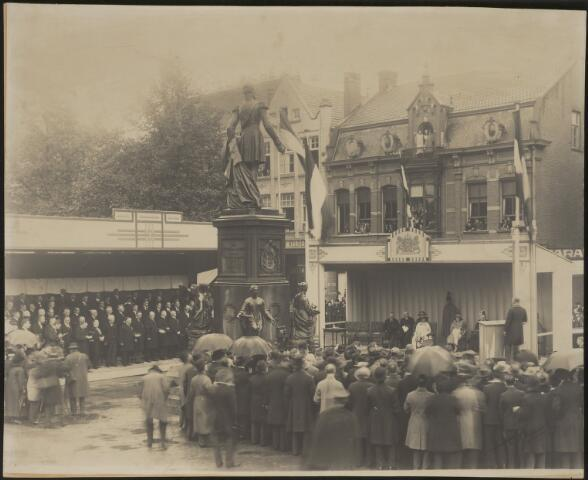 604092 - De plechtige onthulling van het standbeeld van koning Willem II op de Heuvel te Tilburg. Het beeld werd officieel onthuld door de kleindochter van de koning, koningin Wilhelmina. Het standbeeld had eerder lange tijd in Den Haag gestaan en werd in 1924, wegens het ontbreken van een echt standbeeld van de vorst, getransporteerd naar Tilburg. De gemeente Den Haag heeft het beeld aan de gemeente Tilburg aangeboden. In mei 1924 werd het per schip naar Tilburg getransporteerd. De onthulling vond pas in september van dat jaar plaats.  De koningin is met haar gevolg geplaatst onder een baldakijn en wordt rechts daarvan toegesproken door burgemeester Vonck de Both. Links staan diverse hoogwaardigheidsbekleders in rijen opgesteld..