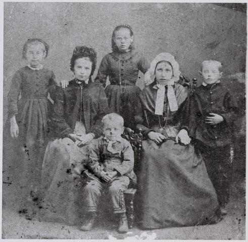 049469 - Familieportret. Onbekend.