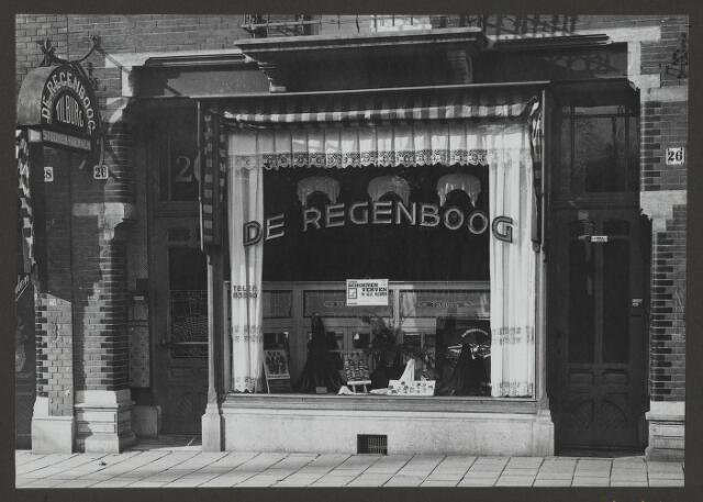 071881 - Een filiaal van stoomververij en chemische wasserij De Regenboog aan de De Clerqstraat 26 te Amsterdam. De foto is afkomstig uit een album dat werd gemaakt naar aanleiding van het 40-jarig jubileum van ververij De Regenboog van de firma Janssen en Bierens te Tilburg op 2 december 1930.