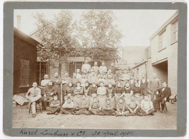 037909 - Textiel. Personeel van wollenstoffenfabriek Karel Lombaerts & Co. aan de Veemarktstraat gefotografeerd op 30 april 1904 ter gelegenheid van het 40-jarig bestaan van het bedrijf. Zittend, uiterst rechts, de bekende amateur-historicus Lambert de Wijs