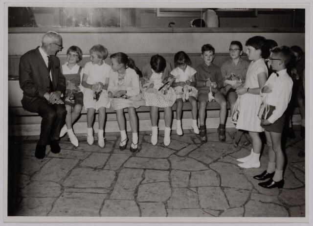 041190 - Vakbeweging. Op 31 augustus 1963 vierde de R.K. Bond Werkmeesters afd. Tilburg het 50-jarig bestaan. Op 14 september 1963 werd b.g.v. het jubileum een grote kindermiddag georganiseerd in het Chicago Theater aan de Koningin Julianastraat. Met optreden van een goochelaar, een tekenfilm en de film 'Grof geschut' met Stan Laurel en Olivier Hardy.