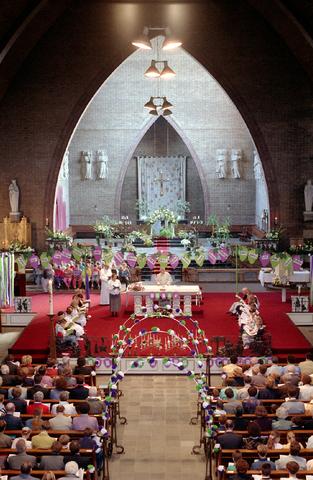 655300 - Eerste Heilige Communie viering in de Tilburgse Sacramentskerk op 14 april 1991.