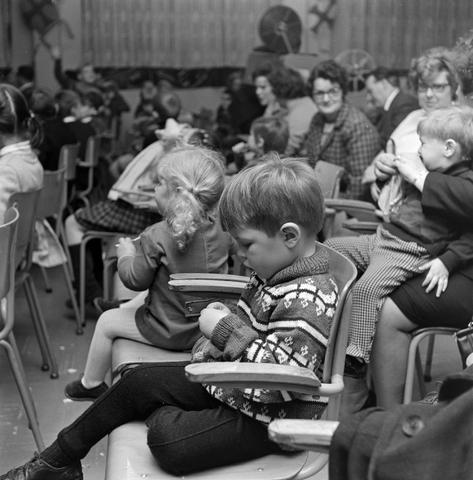 1237_004_099_001 - Kinderen. Sinterklaas. Kinderen van 3 Suisses-medewerkers tijdens een St. Nicolaasfeest kindermiddag.