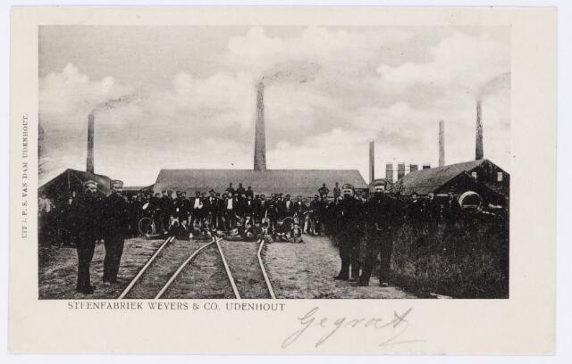 048608 - Personeel van steenfabriek Weyers & Co. Aan de historie van 'd'n oven' zijn de namen van vele bekende Udenhoutse families verbonden, waaronder die van de familie Vermeulen.  In 1890 kwam Ties Vermeulen met zijn gezin vanuit Rijen naar Udenhout. Zijn vier zoons (Janus, Koob, Graard en Peer) wisten zich op de fabriek op te werken tot 'baas'. Peer hield bijvoorbeeld toezicht op de leemputten, waar hij met straffe hand de scepter zwaaide. Op de voorgrond de vier 'bazen' Vermeulen. Foto is waarschijnlijk gemaakt in 1908