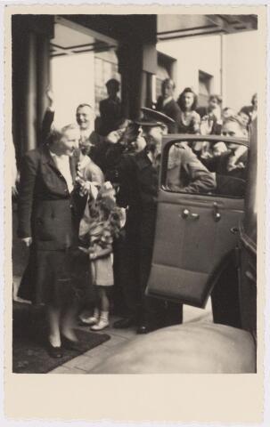 042787 - Koninklijke Bezoeken. H.K.H. prinses Juliana tijdens haar bezoek aan de stad de nationale feestdag, de eerste na de bevrijding.