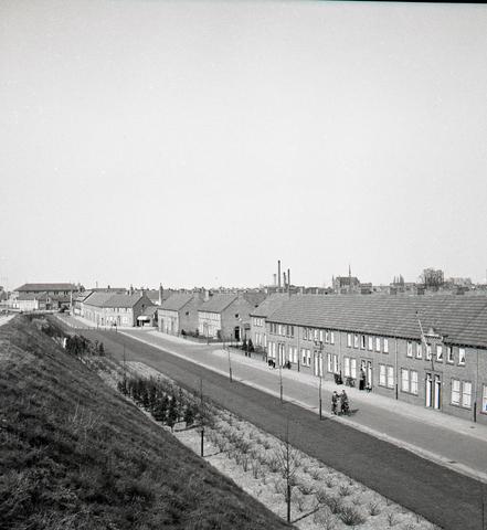 653750 - Topografie. Blik vanaf het viaduct van de Ringbaan West. Links de Vredeskerk.