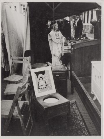 045401 - De kruikenmarkt, een markt van bic à brac die toen gehouden werd op de Oude Markt. Deze foto werd ingezonden om mee te dingen in een fotowedstrijd.