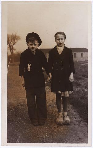 012905 - Tweede Wereldoorlog. In maart 1945 werden 500 Nederlandse kinderen, waaronder 50 uit Tilburg, uitgezonden naar het Engelse kamp Cottingham in Hull om daar aan te sterken. Op de foto twee van hen