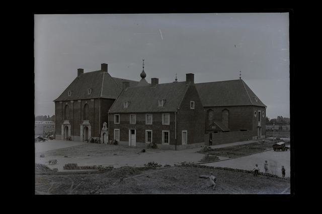 654122 - Parochiekerk Onbevlekt Hart van Maria. Gebouwd in 1947 door architect Bedeaux.Links de kerk, rechts de pastorie.