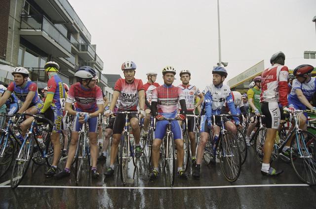 TLB023000549_001 - Wielrennen Pinksteren:  De ronde van Tilburg-Centrum. Wielrenners aan de start. De ronde werd gewonnen door de Tilburger Norman van Hest.