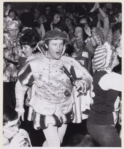 101530 - Carnaval. Verkleed bal bij de politie