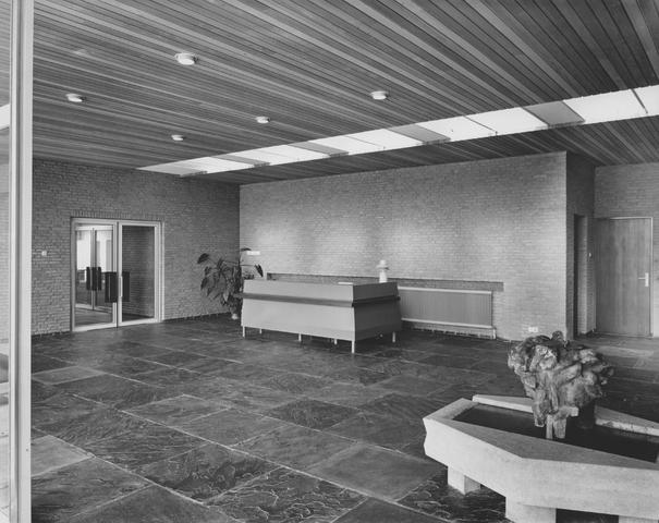 652429 - Interieur nieuwbouw Firma Van Blerk, Tilburg. 1894 - 1974. De entree van het fabriekspand op het bedrijventerrein De Kraaiven. Het pand werd ontworpen door Jan Robben en in 1964 betrokken.