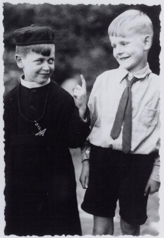 050013 - Twee Tilburgse jongens, waarvan er een verkleed is als frater. Foto uit ´Je Taalboek´ van frater Victor van Nispen.