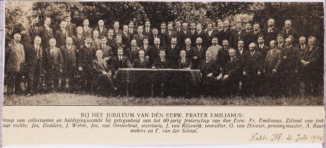 004277 - Groep van collectanten en huldigingscomité bij gelegenheid van het 60-jarig kloosterjubileum van Frater Emilianus van Dijk. Zie ook foto nr. 4276. Aan tafel zittend v.l.n.r. Jos. Donders, J. Weber, Jos. van Oosterhout, secretaris,  J. van Rijzewijk, voorzitter, G. van Hoorsel, penningmeester, A. Raaijmakers en F. van der Schoot.
