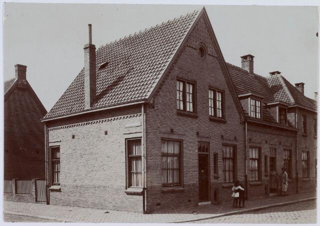 018404 - Pand op de hoek van de Frans Halsstraat (links) en Ruijsdaelstraat (rechts).