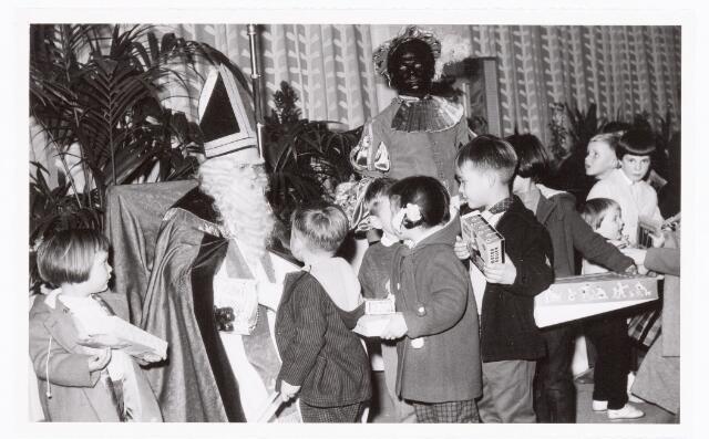 038879 - Volt. Zuid. Sport en ontspanning. Viering Sint Nicolaas voor de kinderen van het personeel in 1959. Sint, Ab Haarlem en Piet, Jos Spijkers nemen de bedankjes in ontvangst voor de cadeautjes. Sinterklaas. St. Nicolaas