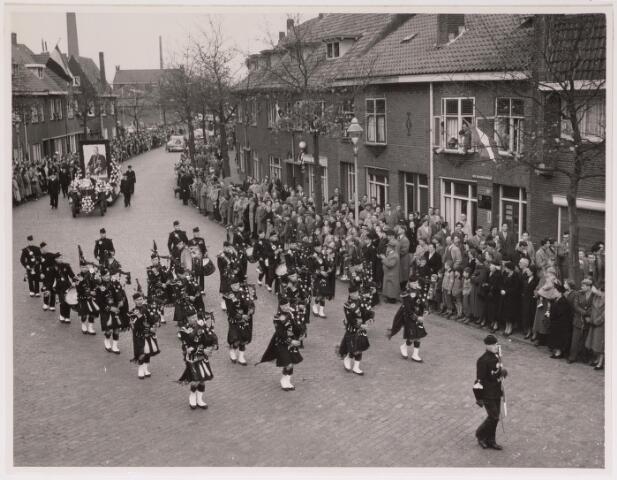 043115 - Wol- en bloemencorso b.g.v. het 10-jarig bevrijdingsfeest. Schotse Pijpersband The pipes and drums of the Camaronians trekken door de Molenbochtstraat.