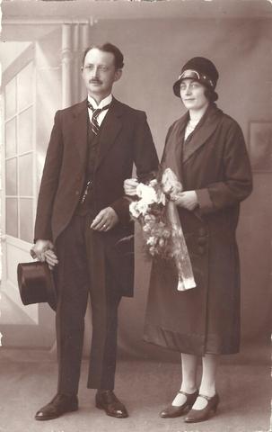 652698 - Trouwfoto van het echtpaar Alphons Joseph Klerks en zijn vrouw Johanna de Kort. Zij hadden een bakkerij aan het  Rosmolenplein 27.