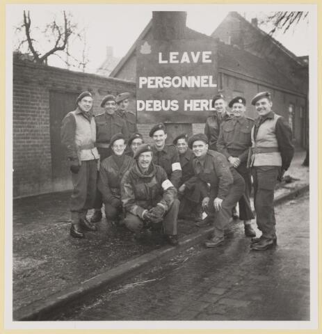 077530 - Tweede wereldoorlog 1940-1945. Bevrijdingsfoto: R.T.O. personeel op het station op 31 december 1944.