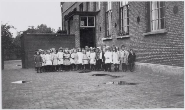045513 - Onderwijs. Klassenfoto. Leerlingen van de kleuterschool. De school stond achter het klooster van de Zusters van het Kostbaar Bloed aan de Bergstraat.