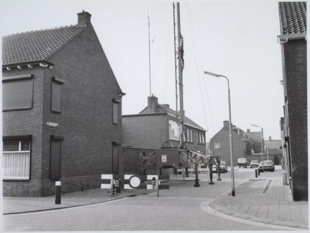 025895 - Van Linschotenstraat in maart 1986 gezien vanuit de Oeverstraat