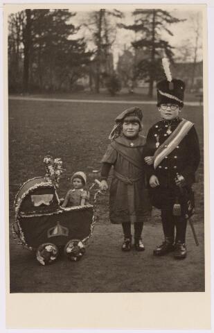 042704 - Daags na de geboorte van prinses Beatrix werd een zogenaamde ´Prinsessendag´ georganiseerd, waarvan een kinderoptocht ook deel uitmaakte. De stoet werd besloten door het koninklijk paar in mini-formaat met een kinderwagen en een pop als prinsesje