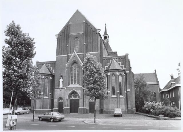 019591 - Goirkese kerk. Het godshuis werd gebouwd tussen 1835 en 1839 in neo-gotische stijl, naar een ontwerp van architect H. Essens uit Oirschot. Oorspronkelijk stond vooraan ook een torentje