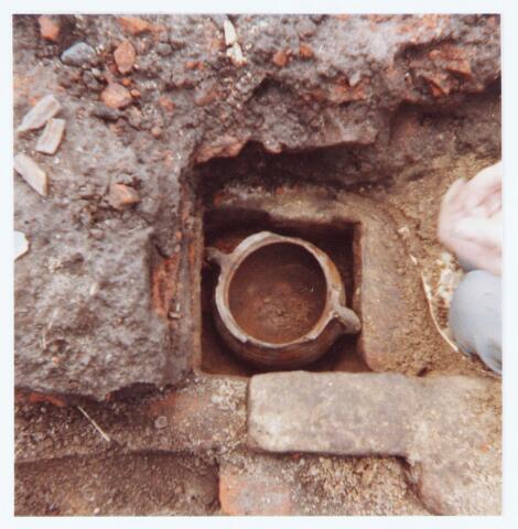 063516 - Archeologische opgraving. R. v.d. Loo aan de Akkerweg 11, thans Heikantsebaan 9, heeft begin augustus 1980 een opzienbare vondst gedaan. Bij het inkuilen van gras op het weiland langs de boerderij van Van der Loo werden munten, aardewerk en een fundering gevonden. Nader onderzoek wees uit dat het ging om geldstukken, aardewerk en bouwresten uit de zestiende eeuw. De munten, potten, borden enz. en ook twee dobbelsteentjes werden in bruikleen afgestaan aan de destijds nog bestaande gemeente Berkel-Enschot, die ze in de hal tentoonstelde in een speciaal daarvoor aangeschafte vitrine
